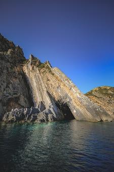 Oceano cercado por penhascos rochosos