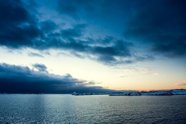 Oceano e céu perfeito com feijões de sol