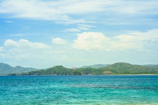 Oceano e montanhas na costa rica