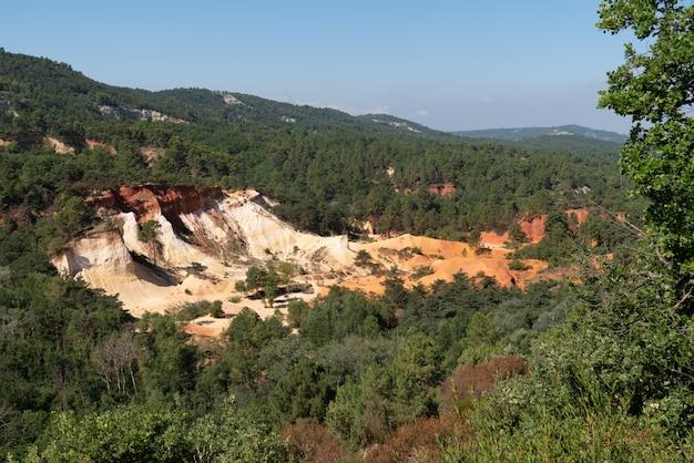Ocres na paisagem de rustrel luberon francês colorado