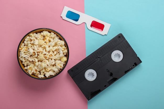Óculos 3d descartáveis de papel anáglifo com videocassete e pipoca na tigela