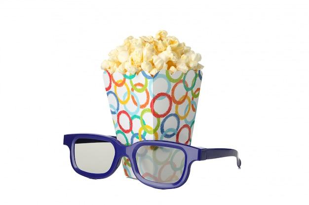 Óculos 3d e caixa de papelão com pipoca isolada no espaço em branco