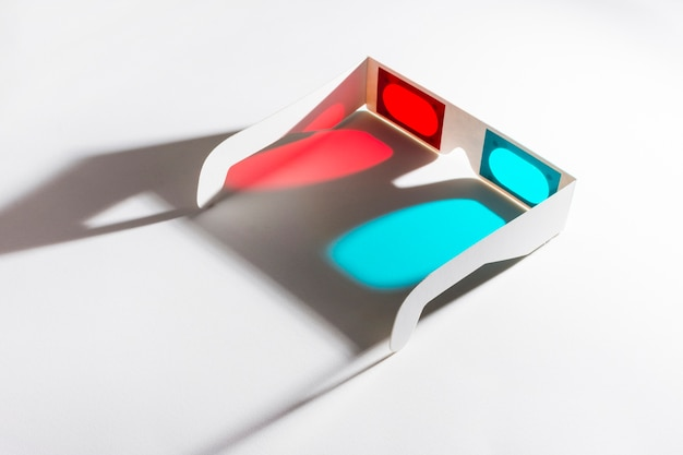 Óculos 3d vermelhos e azuis em fundo reflexivo