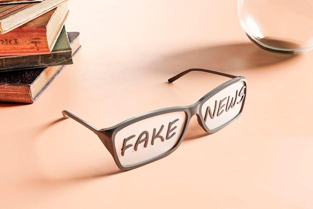 Óculos altos na mesa com notícias falsas