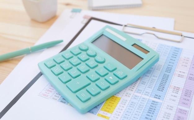 Óculos, café e calculadora em uma mesa de escritório