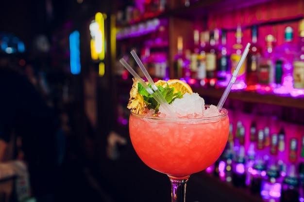 Óculos cocktails bar fundo