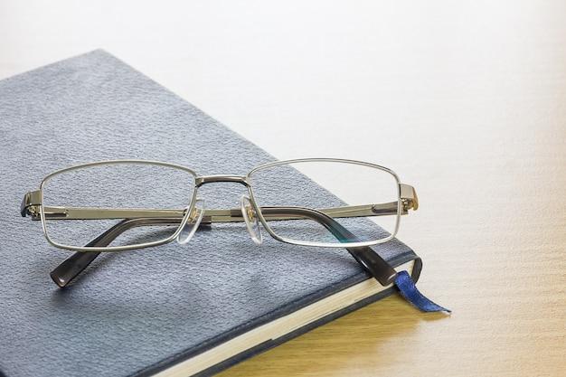 Óculos colocar no livro de texto