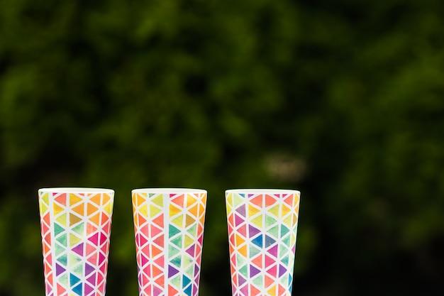 Óculos coloridos brilhantes, pratos para um piquenique, óculos de verão. copie o espaço.