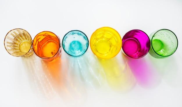 Óculos coloridos no fundo branco