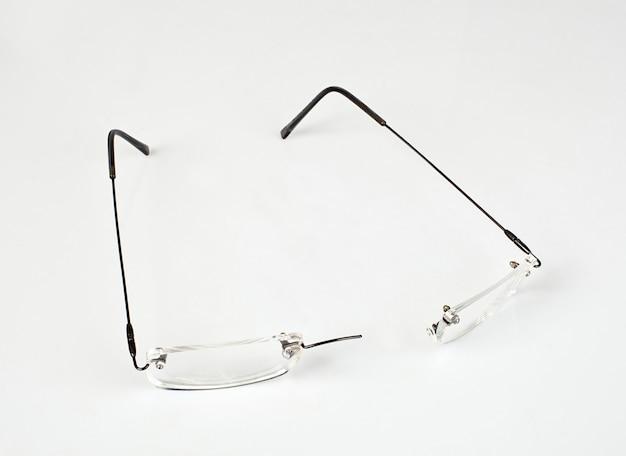 Óculos com armação leve quebrada