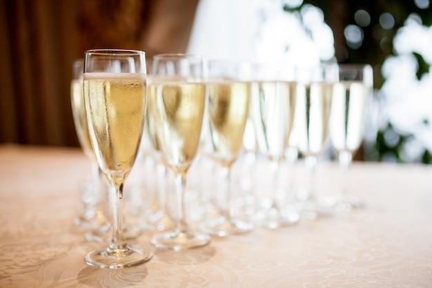 Óculos com champanhe na mesa