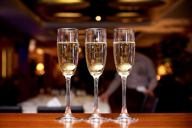 Óculos com champanhe no balcão do bar em um restaurante