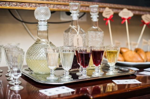 Óculos com diferentes bebidas alcoólicas em cima da mesa no restaurante