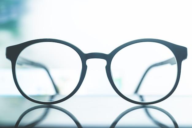 Óculos com fundo de luz branca óculos na mesa branca com raio de sol