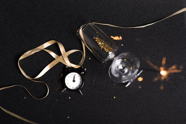 Óculos com lantejoulas e fogo de bengala na mesa