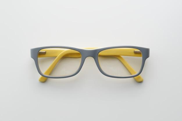 Óculos com moldura cinza e amarela.