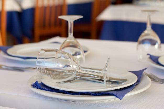 Óculos com placa na mesa