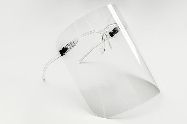 Óculos com proteção facial destacável em um fundo branco