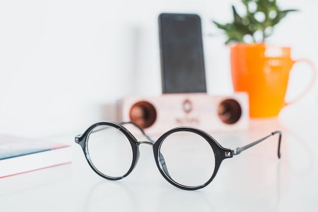 Óculos com telefone e planta
