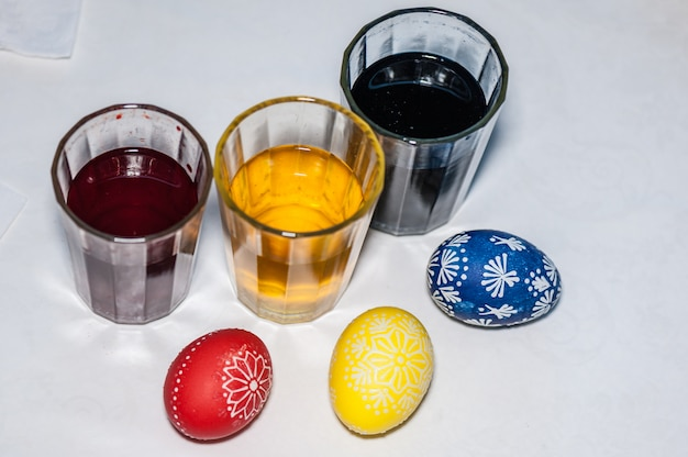 Óculos com tinta para ovos de páscoa. etapa do processo de pintura. caseiro.