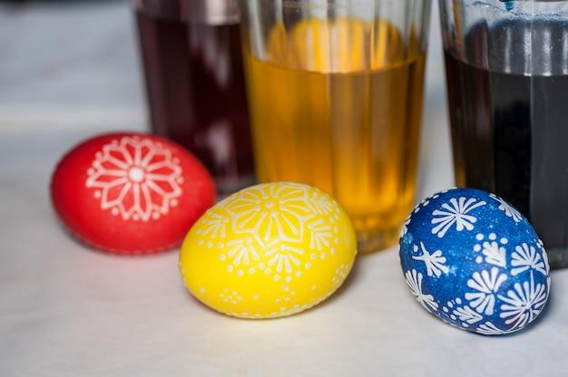 Óculos com tinta para ovos de páscoa. etapa do processo de pintura.