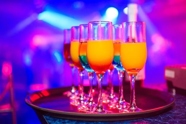 Óculos com várias bebidas alcoólicas e cocktails