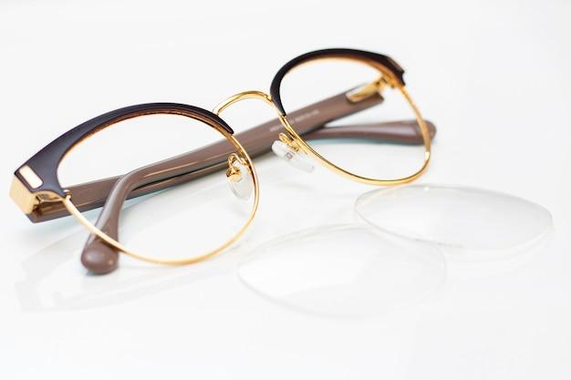 Óculos da moda moderna das mulheres para a visão. moldura e vidro sobre uma superfície de luz.