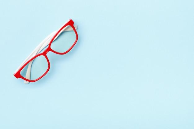 Óculos da moda modernos em quadros vermelhos em um fundo
