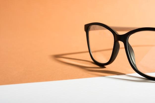 Óculos de armação retrô de close-up com sombra