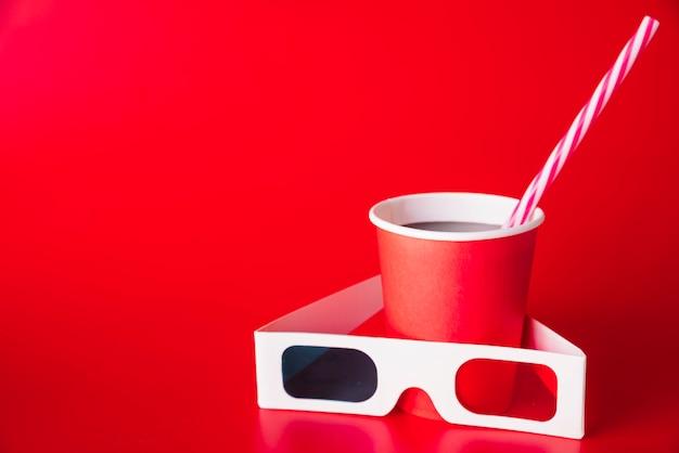 Óculos de cinema 3d com um refrigerante