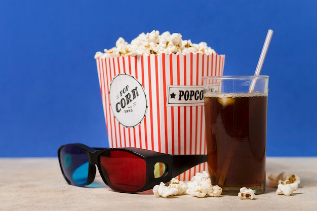 Óculos de cinema com pipoca e suco