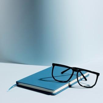 Óculos de close-up em cima do bloco de notas