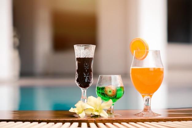 Óculos de cocktail de verão no fundo da piscina
