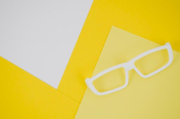 Óculos de crianças brancas sobre fundo colorido