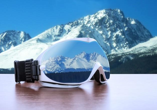 Óculos de esqui contra montanhas