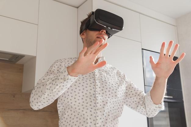 Óculos de homem barbudo usando realidade virtual no estúdio moderno de coworking. smartphone usando com fone de ouvido vr. horizontal, desfocada