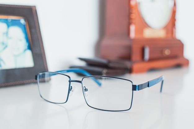 Óculos de homem com retrato, carteira e relógio