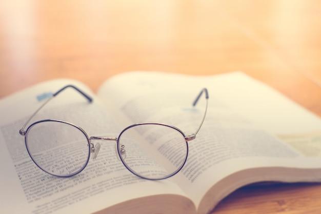 Óculos de leitura no livro