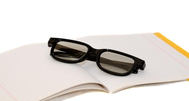 Óculos de leitura no topo do livro.