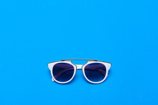 Óculos de moda feminina close-up em colorido brilhante
