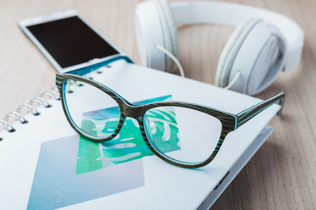 Óculos de mulher com telefone e fones de ouvido