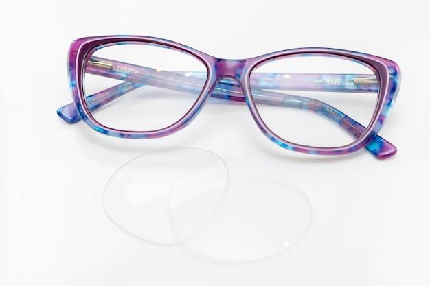 Óculos de mulheres modernas elegantes para visão. moldura e vidro em uma superfície clara