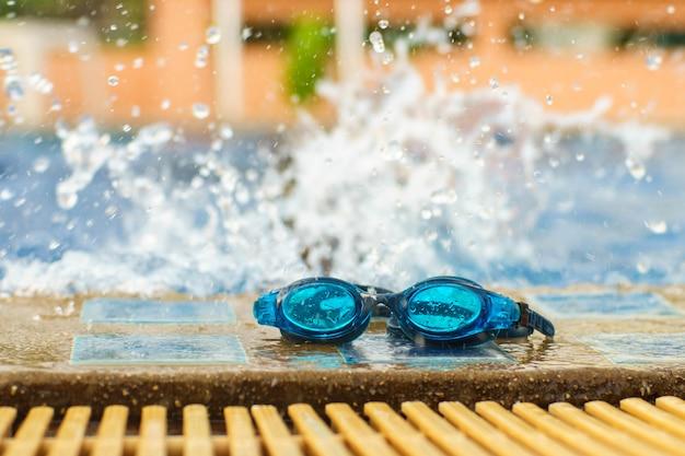 Óculos de natação na piscina com distribuição de água.
