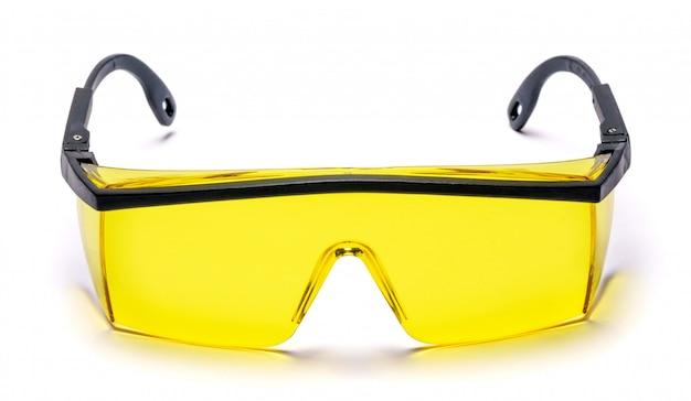 Óculos de óculos de proteção de segurança na mesa branca com traçado de recorte