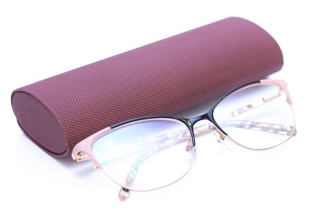 Óculos de ouro das mulheres na moda modernas para visão e estojo de couro