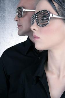 Óculos de prata futurista casal retrato perfil