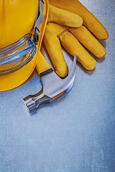 Óculos de proteção construção capacete luvas de couro martelo, conceito de construção