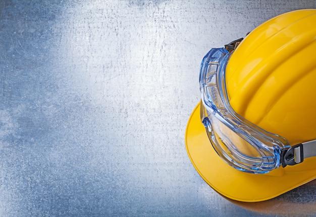 Óculos de proteção, construção de capacete na mesa metálica