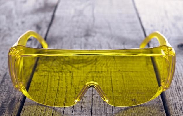 Óculos de proteção ocular para trabalhos de reparação e construção, sobre superfície de madeira