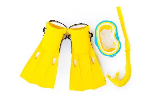 Óculos de proteção, snorkel e nadadeiras do equipamento de mergulho no branco.